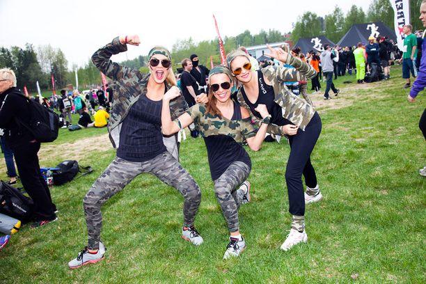 Anni Uusivirta, Sara Sieppi ja Linnea Aaltonen tulivat näyttämään, että myös misseistä on extreme-kisaan. – Osa hyväntekeväisyyskilpailijoista ei uskaltanut tulla mukaan, mutta onneksi me olemme armeijahenkisiä yllytyshulluja, tytöt nauroivat.