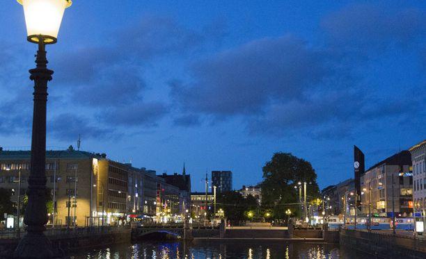 Mies kuoli pudottuaan yökerhon neljännestä kerroksesta perjantain ja lauantain välisenä yönä Göteborgissa Ruotsissa.