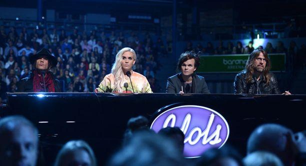 Jussi69, Sini Sabotage ja Lauri Ylönen siirtyvät tuomaripöydän takaa lavalle Idols-finaalissa.