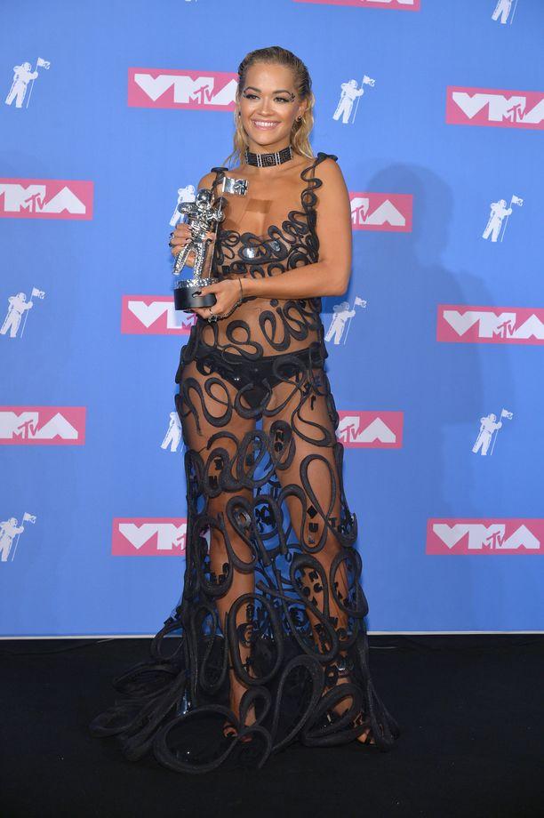 Musta, läpinäkyvä iltapuku on Rita Oran luottovalinta erilaisiin gaaloihin, mutta hänen päällään ei koskaan nähdä mitään tylsää tai tavallista. Tässä tyylinäyte vuoden 2018 MTV Video Music Awards -gaalasta.