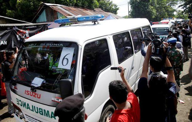 Ambulansseja tuotiin valmiiksi paikalle Nusakambanganin vankilasaarelle tiistaina.