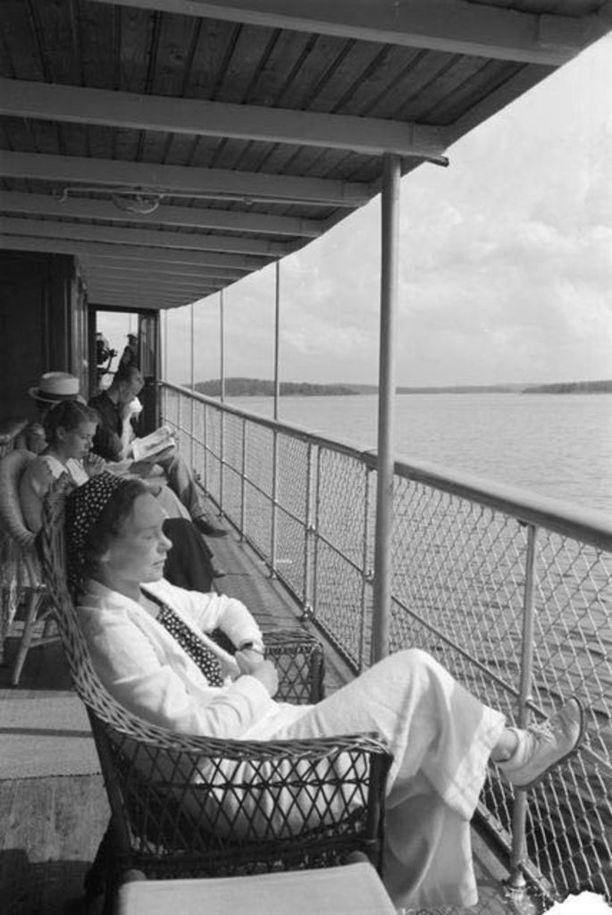 Höyrylaivamatkustajia 1930-luvulla.