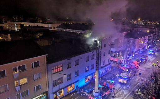 Riihimäen keskustassa syttyi rakennuspalo – liekit levisivät asunnosta kattorakenteisiin, pelastuslaitos valvoo