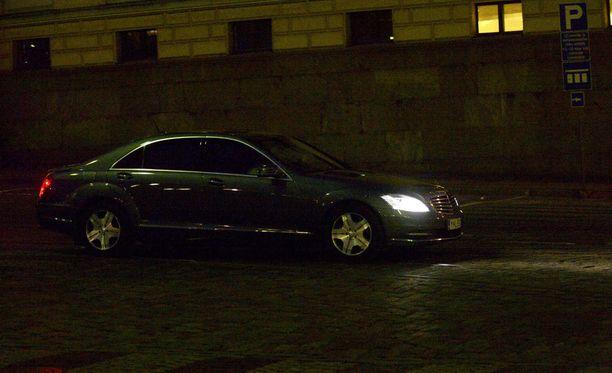 Pääministerin virka-auto saapui Valtioneuvoston linnalle puoli kahdeksan aikaan.
