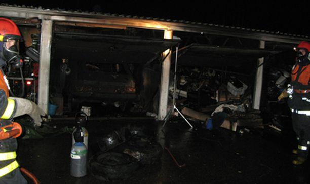 Autotallipalon sammuttamiseen osallistui useita pelastusyksiköitä.
