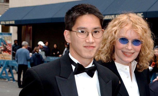 Moses Farrow poseerasi äitinsä kanssa vielä vuonna 2002.