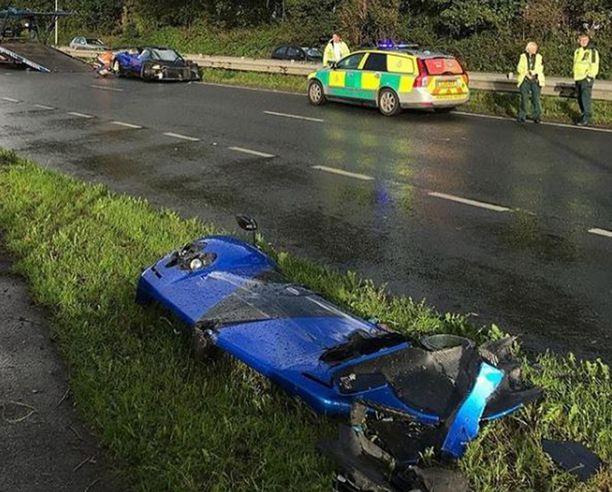 Auton etuosan peitteet irtosivat ja lensivät toiselle puolelle tietä.