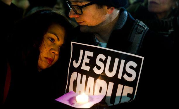 Sadat tuhannet kokoontuivat osoittamaan mieltään terrorismia vastaan Ranskassa.