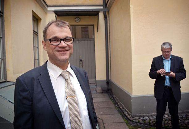 Juha Sipilällä on keskustan gallupalamäestä huolimatta edelleen piirijohtajien selkeä tuki jatkaa puolueen puheenjohtajana.
