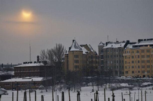 Helsingin Tervasaaresta kuvattu osittainen auringonpimennys Katajannokan suuntaan.