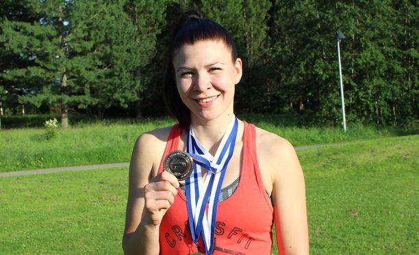 Tiia Koskelo uusi saappaanheiton maailmanmestaruutensa Kinnulassa sunnuntaina. Lisäksi mitaleita tuli sekä maajoukkue- että naisten joukkuekisasta.