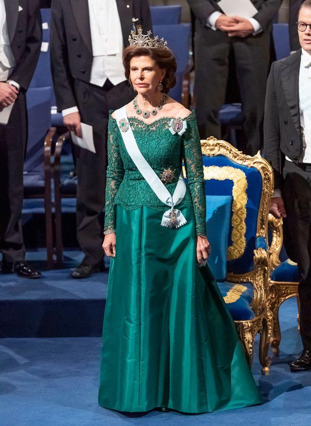 Kuningatar Silvia edusti tällä kertaa vihreässä.