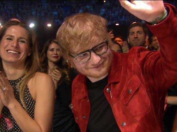 Ed Sheeran vahvistaa menneensä naimisiin pitkäaikaisen tyttöystävänsä Cherry Seabornin kanssa.