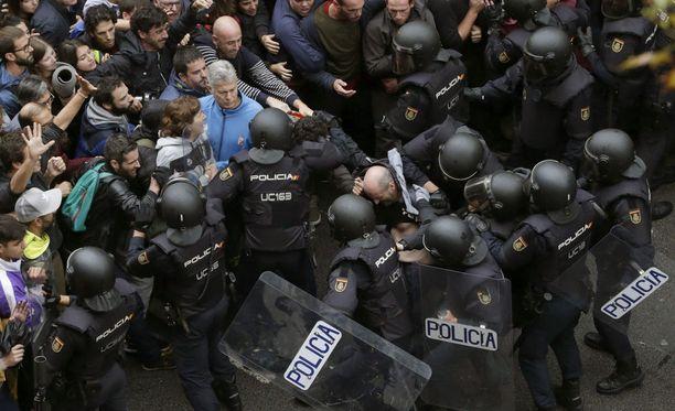 Mellakkapoliisit ovat ottaneet rajusti yhteen äänestämään pyrkivien ihmisten kanssa Barcelonassa.