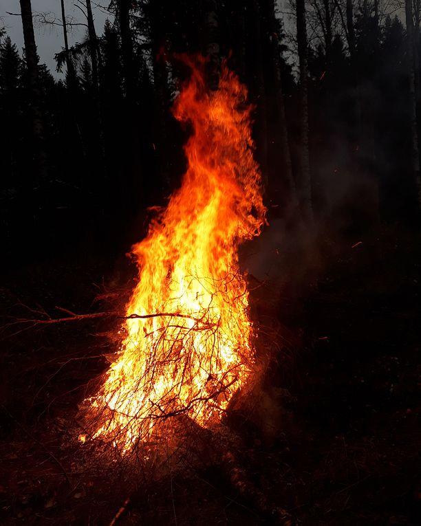 Risujen polttaminen ja elävän tulen katsominen rauhoitti Tuulaa, kun suru oli suuri.