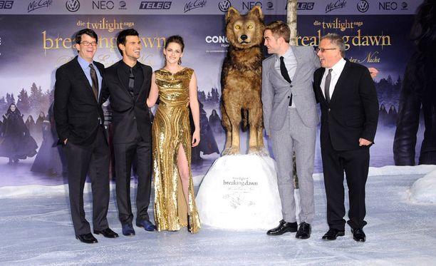 Twilight-elokuvatähdet mainoskiertueella Berliinissä. Rekvisiittassa nähtiin susi näyttävällä paikalla.
