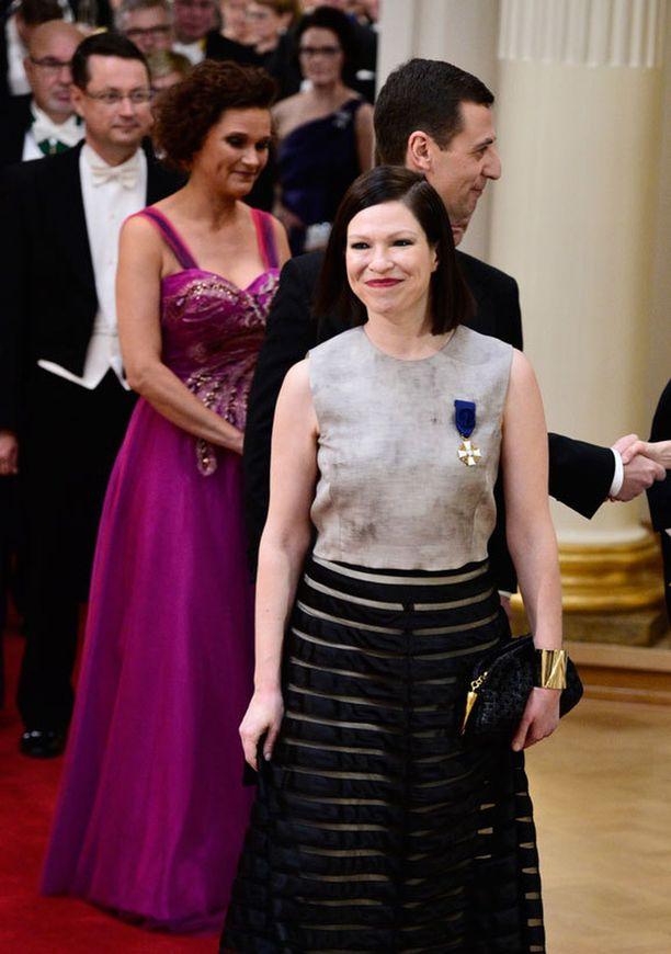 Sama kirkkaanvärinen puku nähtiin hieman muunneltuna myös toisen daamin yllä.