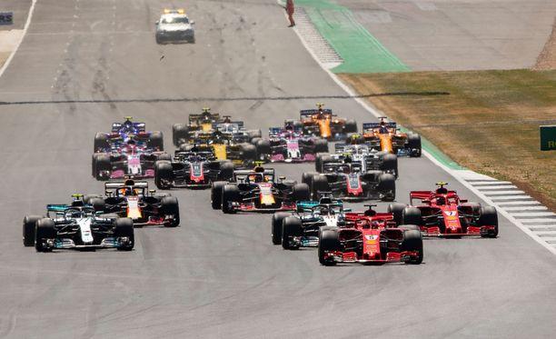 Paalulta startannut Lewis Hamilton epäonnistui pahasti lähdössään ja joutui kolmosmutkassa Kimi Räikkösen kolaamaksi.