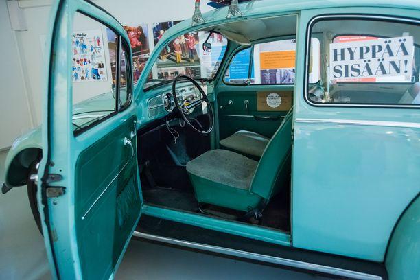 Näyttelyssä pääsee myös istumaan 70-luvulla VW Kuplaan sekä Fiat 127:aan.
