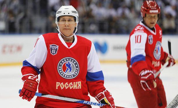 Yksi Putinin lempiharrastuksista on jääkiekko. Kun Putin pelaa, hän tekee yleensä roppakaupalla maaleja.