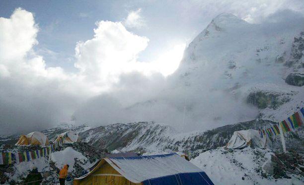 Pieniä lumivyöryjä on ollut havaittavissa Mount Everestillä myös useita ihmishenkiä vaatineen lauantaisen jättivyöryn jälkeen.