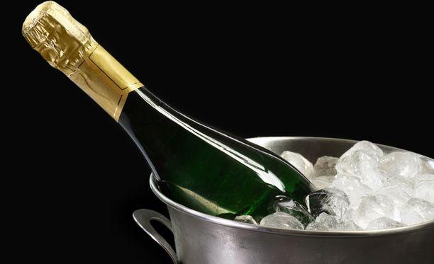 Samppanja kylmenee nopeimmin ämpärissä, jossa on vettä ja jäitä.