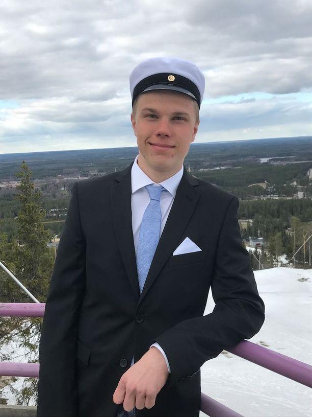 Arttu Mäkiaho kirjoitti ylioppilaaksi Sotkamon urheilulukiosta.