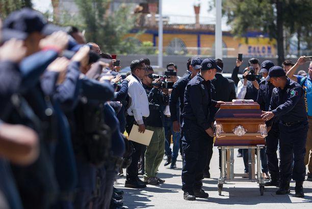 Murhatut poliisit haudattiin kollegojen saattelemana.