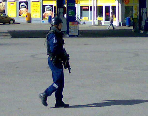 Joukko hyvin varustautuneita poliiseja saapui tarkistamaan epäilyt ammuskelusta Vantaan Louhelassa.