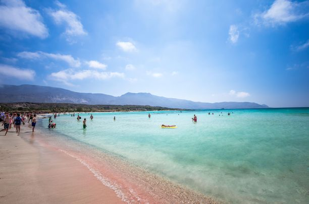 Elafonissin rannalla voi ihmetellä vaaleanpunaista hiekkaa.