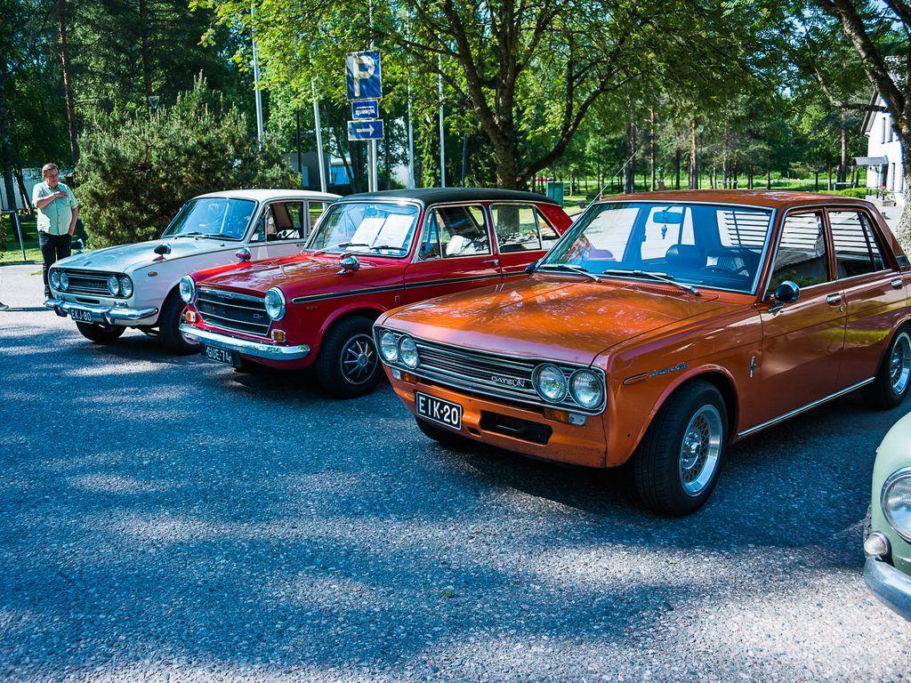 """Datsun 1600 edustaa aikanaan yleistä """"kolmen laatikon"""" muotoilua. Morris ´70:ssä on Hydrolastic-jousitus ja 1300 GT-versiossa myös kaksi kaasutinta. Takana Isuzu Bellet."""