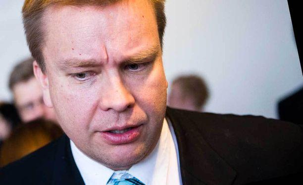Keskustan eduskuntaryhmän puheenjohtaja Antti Kaikkonen myönsi eduskuntaryhmänsä ärtymyksen.