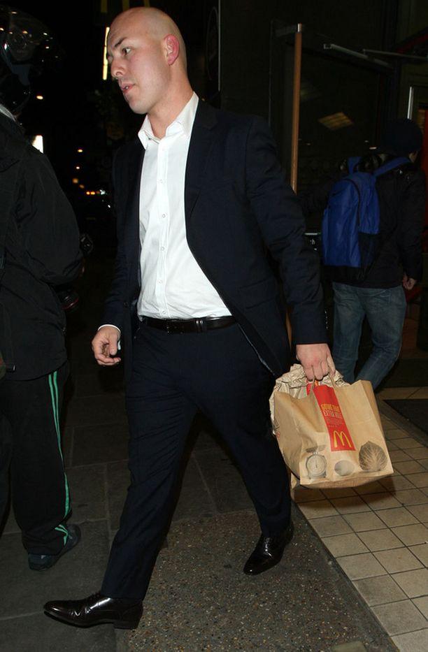 Justin haki avustajineen iltapalaa McDonaldŽsista.