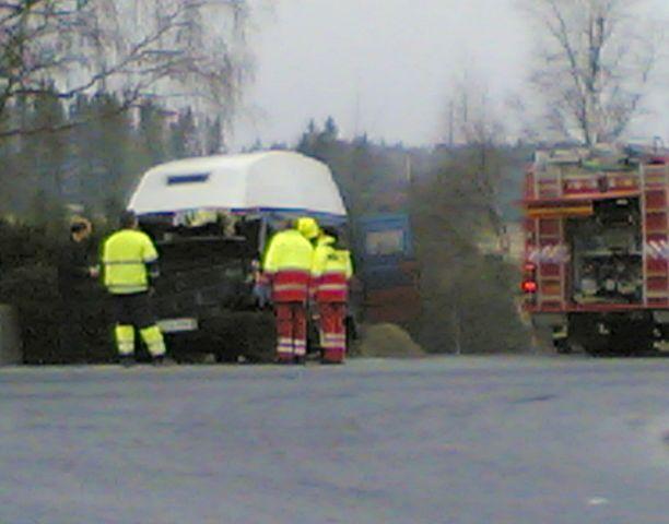Vanhahko pakettiauto törmäsi keula edellä roska-autoon Liedossa.