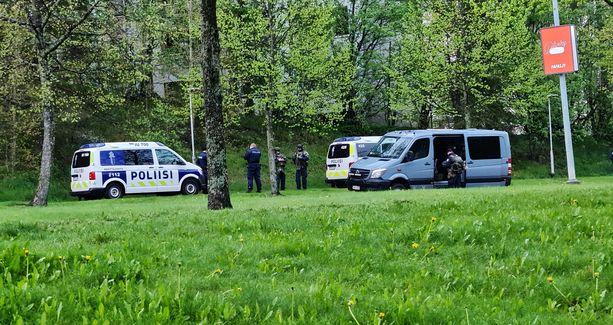 Martinlaaksontien varressa Vantaalla on pysäköitynä useita poliisiautoja.