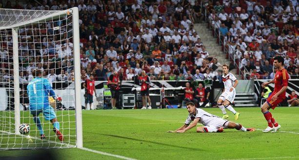 Miroslav Klose niittaa Saksan 4-1-johtoon.