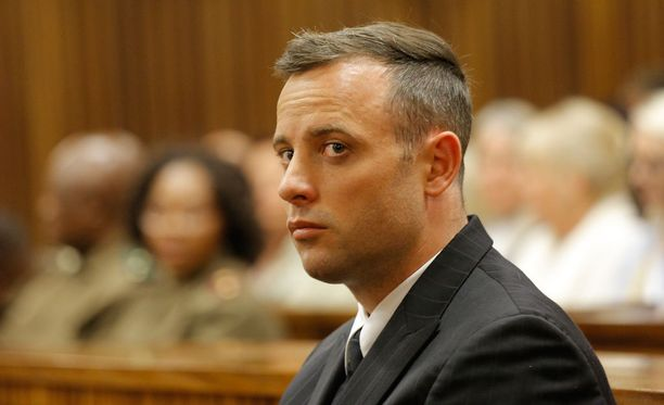 Oscar Pistorius istuu murhatuomiota.