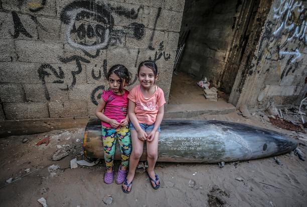 Palestiinalaistytöt istumassa räjähtämättömän pommin päällä Gazassa. Pommitusten yhteydessä kuolleiden palestiinalaisten määrä on noussut yli 220 henkilöön, joista ainakin 60 on lapsia. Israelissa levottomuudet ovat vaatineet ainakin kymmenen aikuisen ja kahden lapsen hengen.