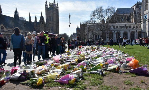 Suurin kukkameri on paikalla, jossa terroristi puukotti poliisina ja perheenisänä tunnetun Keith Palmerin. Pian puukottamisen jälkeen siviilipukuiset poliisit ampuivat terroristin.
