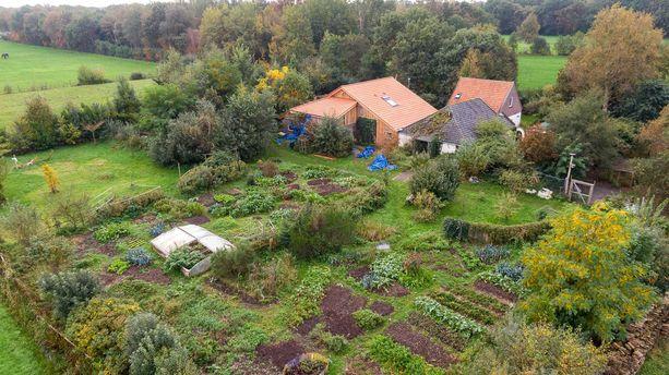 Maatila sijaitsee Ruinerwoldin kylässä, Hollannin maaseudulla.