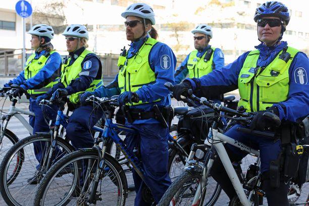 Uusi valvontaryhmä liikkuu polkupyörillä ja on poliisin julkaiseman kuvan perusteella varustettu muun muassa tyylikkäin aurinkolasein.