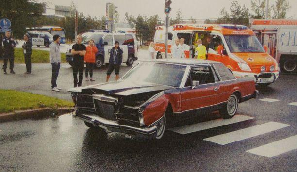 Lincoln-harrasteauton keula rusentui. Kuljettaja loukkaantui lievästi.