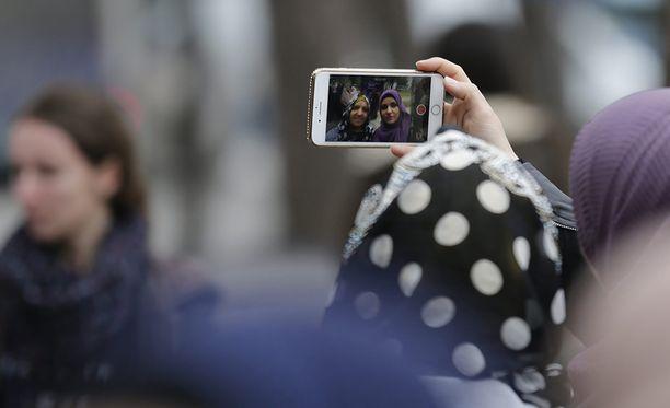 Musliminaisia on edellytetty ottamaan huivi päästään turvapaikanhakijoiden rekisteröinnin yhteydessä otettavaa valokuvaa varten. Kuvituskuva.