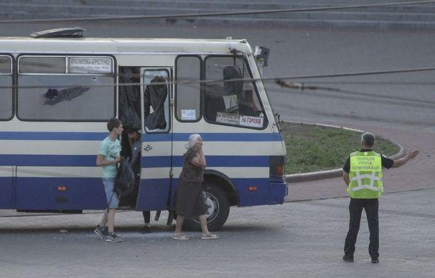Poliisi ohjasi ensimmäisinä vapautetut panttivangit turvaan.