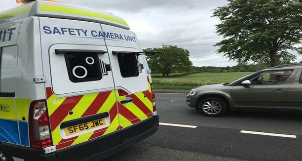 Skotlannissa poliisin kameravalvonta-autoa ei ole naamioitu siviilipakuksi eikä piilotettu puskaan.