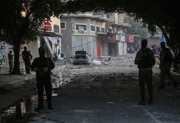 Islamilainen Jihad -järjestön sotilaat vartioivat Israelin ilmaiskussa kuolleen johtajansa taloa Gazan kaupungissa.