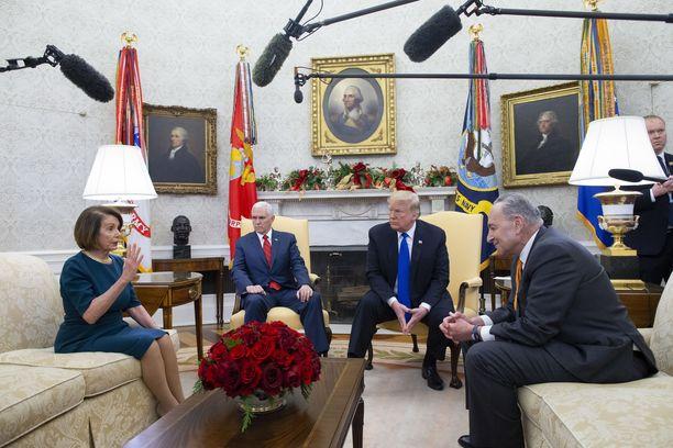 Donald Trump kävi kiivasta keskustelua Nancy Pelosin ja Chuck Schumerin (oik.) kanssa Valkoisessa talossa. Myös paikalla ollut varapresidentti Mike Pence ei osallistunut keskusteluun.