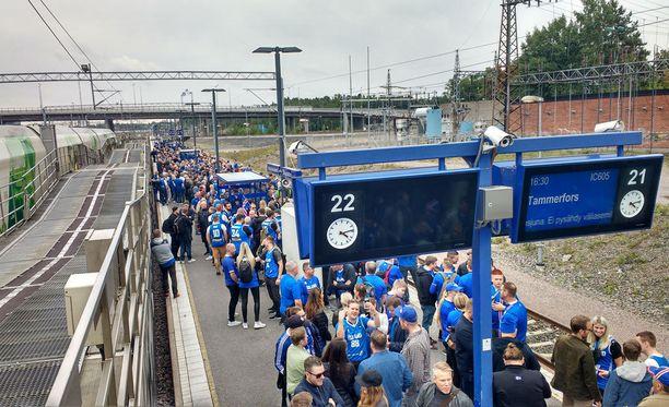 Islantilaiset odottivat laiturille saapuvaa junaa kärsivällisesti.