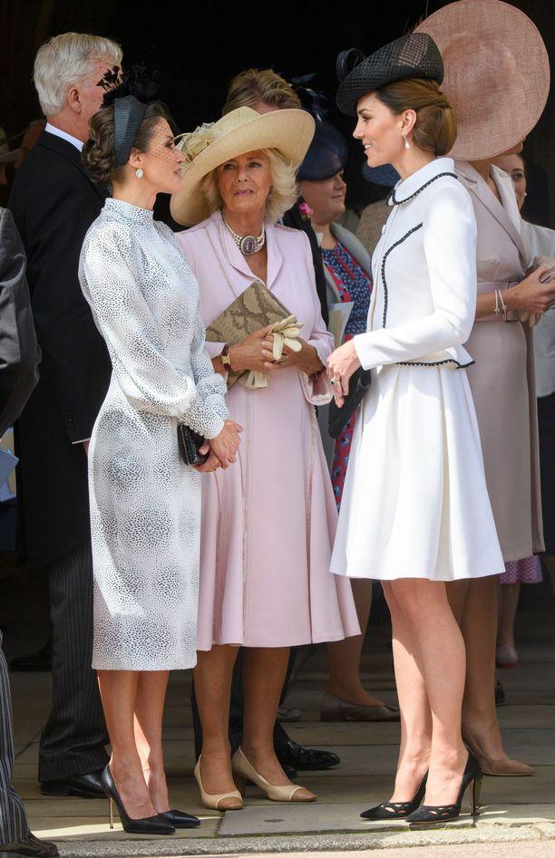 Kuningatar Letizia luotti leninkiin, herttuatar Camilla takkimekkoon.