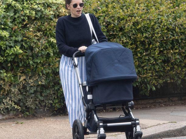 Näyttelijä Felicity Jones on nähty ulkoiluttamassa vauvaansa Lontoossa.